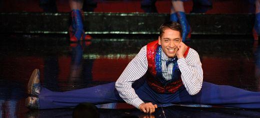Ο Έλληνας χορευτής του Moulin Rouge με το βραβείο Γκίνες