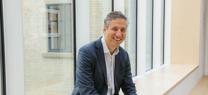 Ο Έλληνας καθηγητής του London Business School με την πολυβραβευμένη έρευνα