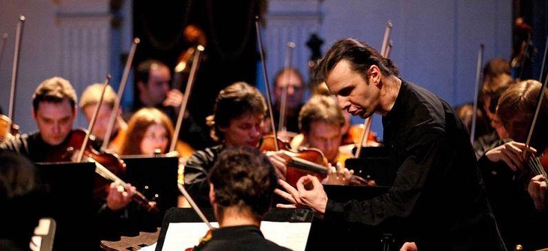 Εντυπωσιάζει τον κόσμο με τις μουσικές του συνθέσεις