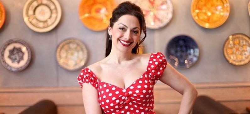 Παρουσιάστρια και συγγραφέας βιβλίων με θέμα την ελληνική κουζίνα
