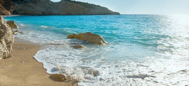 Μια ελληνική παραλία στα μέρη με τα πιο γαλανά νερά στον κόσμο