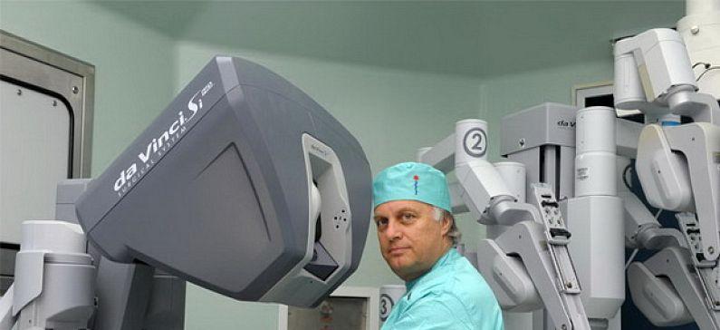 Ο γιατρός που έφερε την επανάσταση της Λαπαροσκοπικής και Ρομποτικής Χειρουργικής στην Ελλάδα