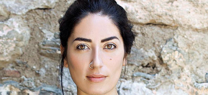 Η Ελληνίδα street artist που δημιούργησε το «Κβαντικό Μπλε»