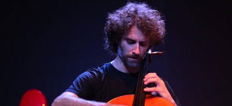 Ο κορυφαίος μουσικός που παίζει Μπαχ με κρητική λύρα