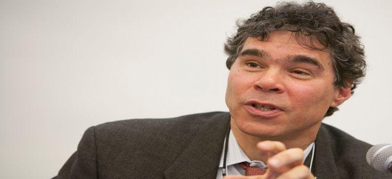 Ξεχωρίζει για τις οικονομικές αναλύσεις του στο Πανεπιστήμιο Γέιλ